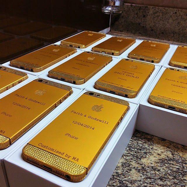 Presidente da Nigéria teria presenteado os convidados do casamento da filha com IPhones de ouro! Verdadeiro ou falso? (fotos: Reprodução/Facebook)