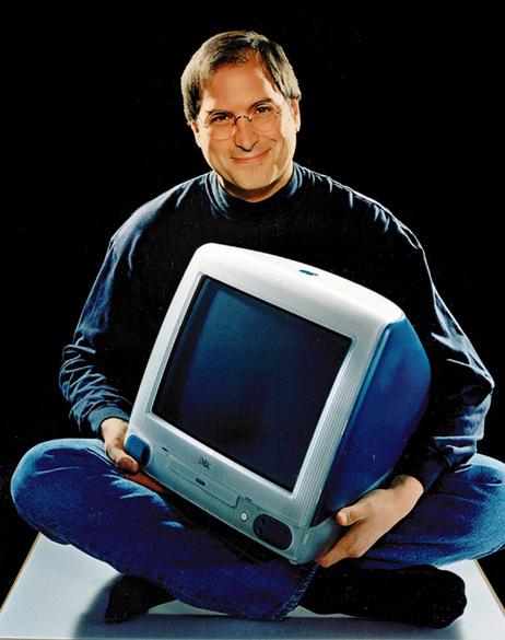 Steve Jobs com um Mac! (foto: Reprodução)