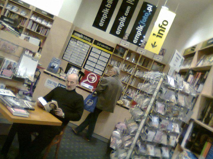 Steve Jobs vivo, em uma livraria, lendo sua própria biografia meses depois de sua morte? Que nada, era apenas um sósia! (foto: Reprodução)