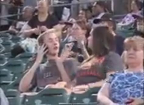 Moça joga bebida no namorada no telão! (foto: Reprodução/YouTube)