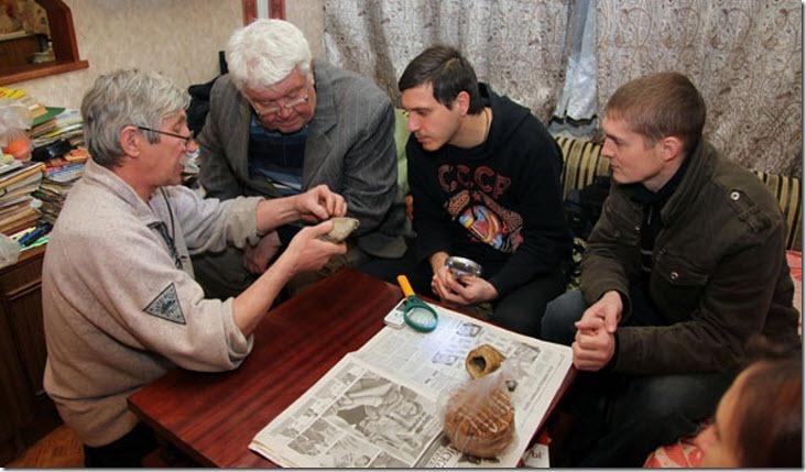 """Equipe de """"cientistas"""" analisando o objeto! (foto: Reprodução)"""