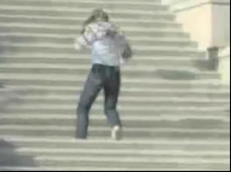 Sujeito rola a escada e ainda é atropelado! Verdadeiro ou falso? (foto: Reprodução/YouTube)