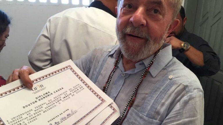 Lula recebeu diploma de universidade com erros de português?