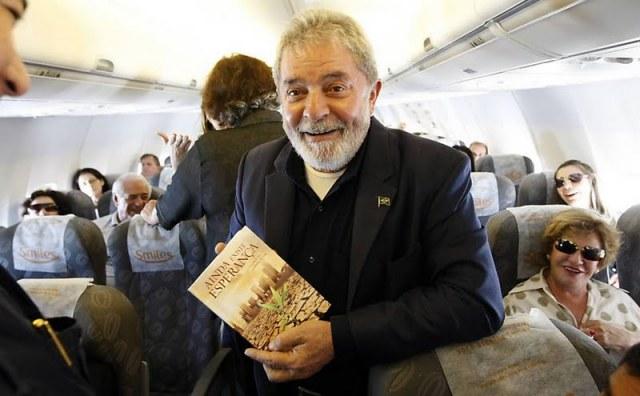 Lula segurando livro adventista!