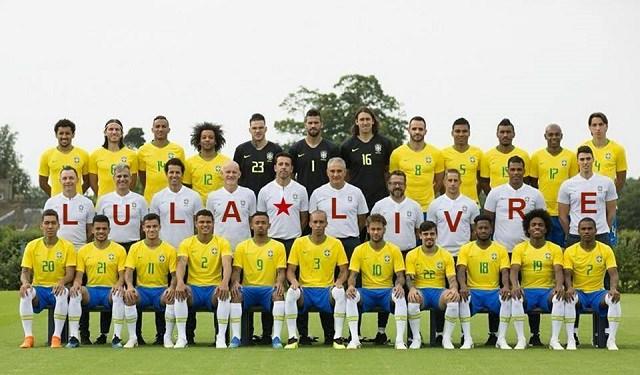 """Jogadores da seleção brasileira de futebol aparecem em foto formando a frase """"LULA LIVRE""""?"""