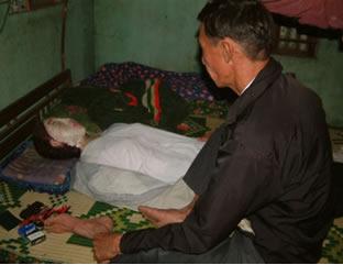 Le Van dorme com a esposa que já morreu há 5 anos!