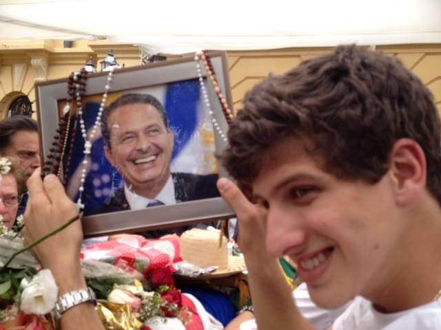 Filho de Eduardo Campos prestando uma última homenagem ao pai (foto: Reprodução)