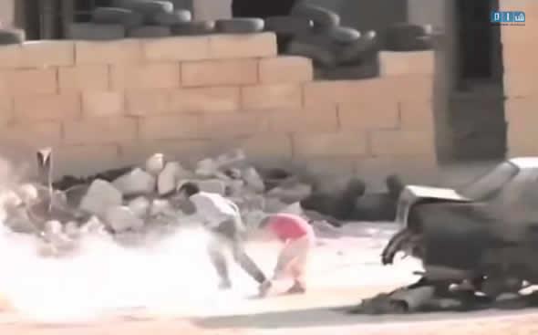 Menino heroi na Síria se finge de morto para salvar uma garotinha! Verdadeiro ou falso? (foto: reprodução/YouTube)
