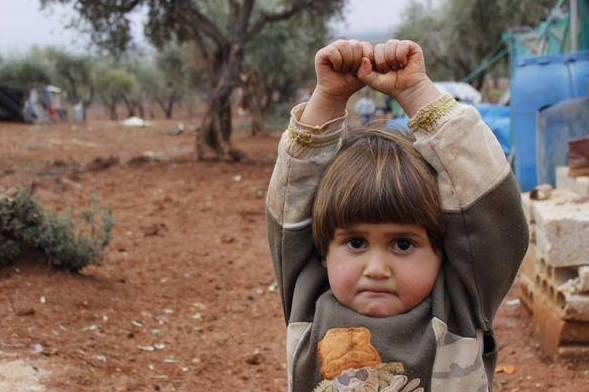 Criança síria confunde câmera fotográfica com uma arma! Será verdade? (foto: Reprodução/Twitter)