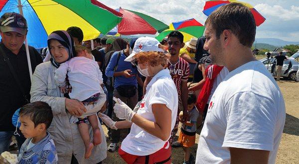 A Cruz Vermelha auxiliando os refugiados sírios nos dais 22, 23 e 24 de agosto de 2015! (foto: Corinne Ambler / IFRC)