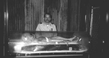 Militar posa ao lado de um alienígena! Será que isso é verdade? (foto: Reprodução/Facebook)