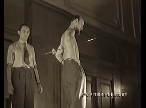 Homem é atravessado por espadas e nem tchum! Verdadeiro ou falso? (foto: Reprodução/YouTube)