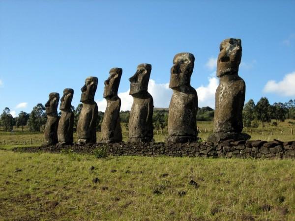 Foto antiga mostra as estátuas com corpos!