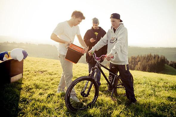 Para fazer com que a fotografia ainda mais realista, eles instalaram uma cesta na frente da bicicleta com um bicho de pelúcia fazendo o papel do ET.