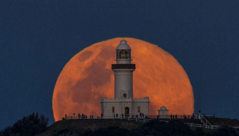 Lua gigante foi filmada no farol de Byron Bay, na Austrália! Será verdade?