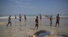 Banhistas na praia ao lado dos corpos das vítimas do desabamento de uma ciclovia no Rio de Janeiro! Será verdade? (foto: Repdodução/Facebook)