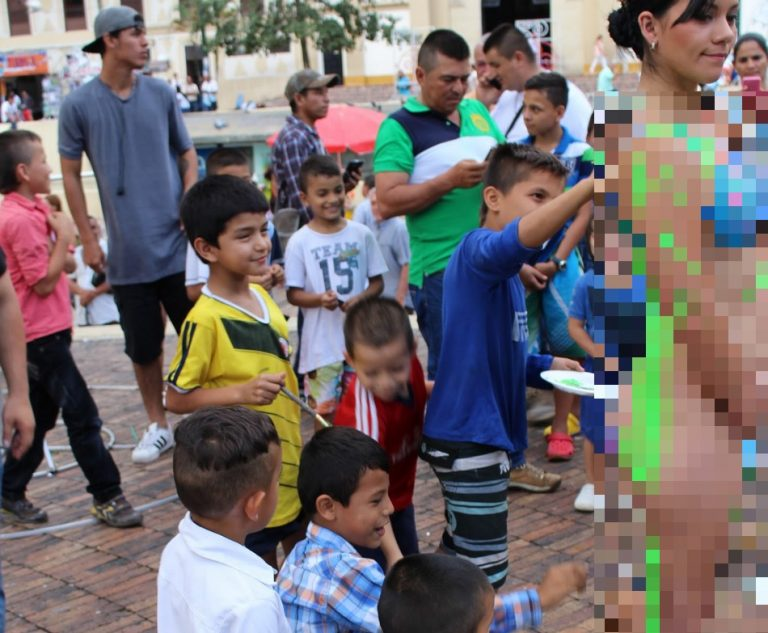 Meninos pintaram o corpo nu de uma mulher em frente a uma igreja no Brasil?