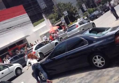Mulher enfurecida destrói um Honda na Vila Olímpia!