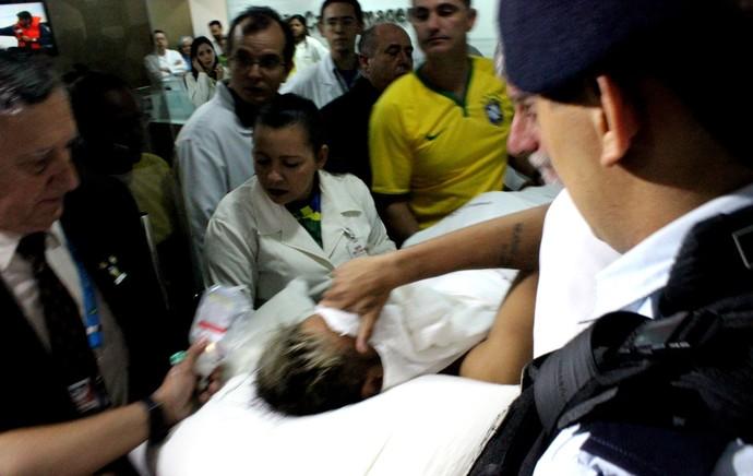 Neymar chegando no hospital: Note as tatuagens no braço do rapaz! (foto: reprodução/Brigida Sullam)