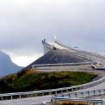 Ponte na Noruega parece sumir entre as nuvens!