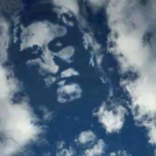 Milagre? Nuvens formam o rosto de um homem de barbas. Será verdade? (foto: Reprodução/Facebook)