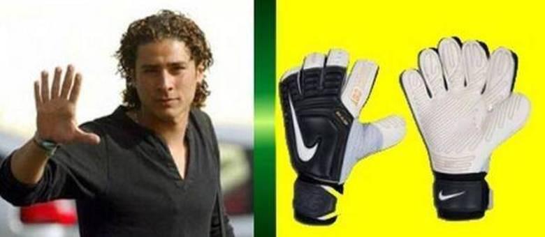 Goleiro da Seleção Mexicana de Futebol teria 6 dedos na mão direita! Verdade ou farsa? (foto: Reprodução/Twitter)
