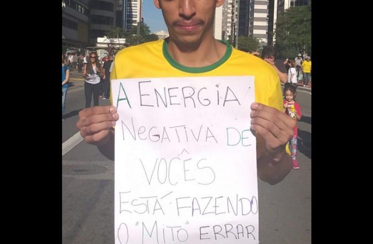 """Conheça a verdade sobre o manifestante com o cartaz: """"A energia negativa de vocês está fazendo o 'Mito' errar"""""""