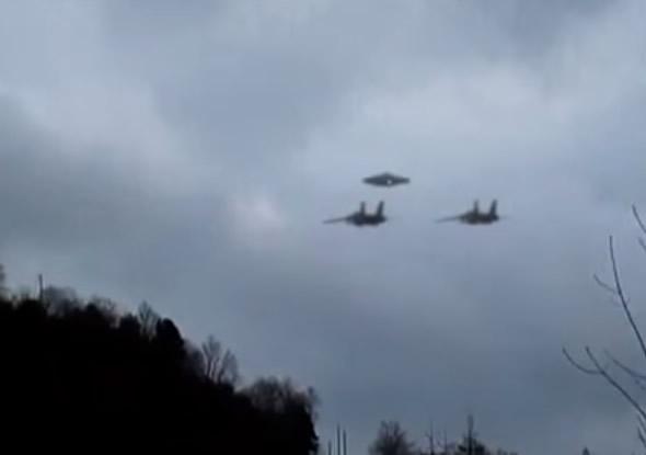 Vídeo mostra ovni sendo escoltado por dois caças!