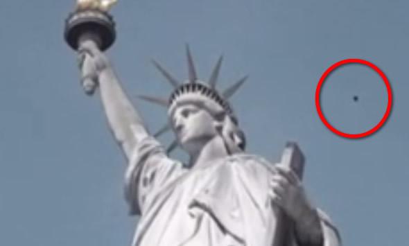 Ovni é flagrado sobrevoando a Estátua da Liberdade! Será?