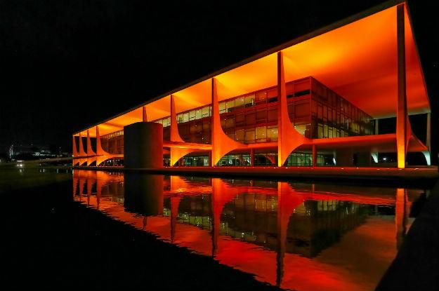 A presidente teria mandando iluminar o Palácio do Planalto de vermelho ao saber do impeachment! Será verdade? (foto: Reprodução/Facebook)