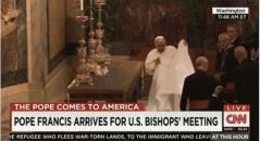 Papa consegue puxar a toalha da mesa sem derrubar os objetos! Será verdade? (foto: Reprodução/YouTube)