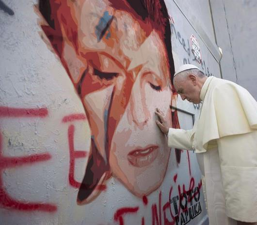 Papa Francisco lamenta a morte de David Bowie! Será verdade? (foto: Reprodução/Facebook)