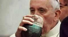 O papa Francisco bebe um refri em um copo improvisado? (foto: Reprodução/Facebook)