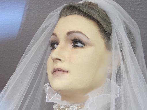 Manequim na entrada da loja seria feita com o corpo embalsamado da filha do proprietário! Será verdade? (Foto: Reprodução/Facebook)