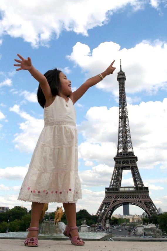 Perspectiva Forçada - A menina parece do tamanho da torre!