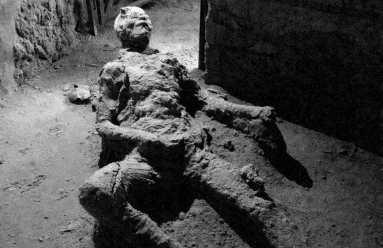 """Conheça a verdade sobre a """"ingrata posição"""" do homem """"petrificado"""" de Pompeia!"""
