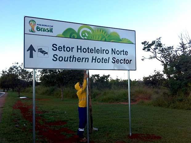 Placa com erro de tradução e apontando para o lado errado! (foto: Uriel Papa/Facebook)