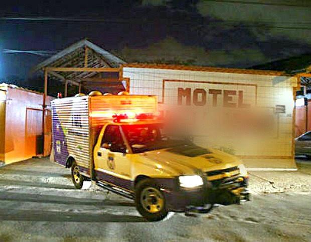 Viatura do IML no motel para recolher o corpo da infiel! (foto: Reprodução/Facebook)