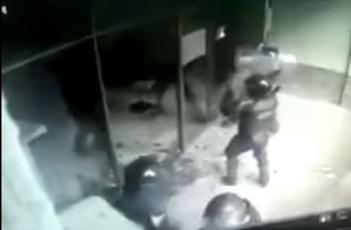 Vídeo mostra policiais quebrando vidros em Brasília! Vandalismo?