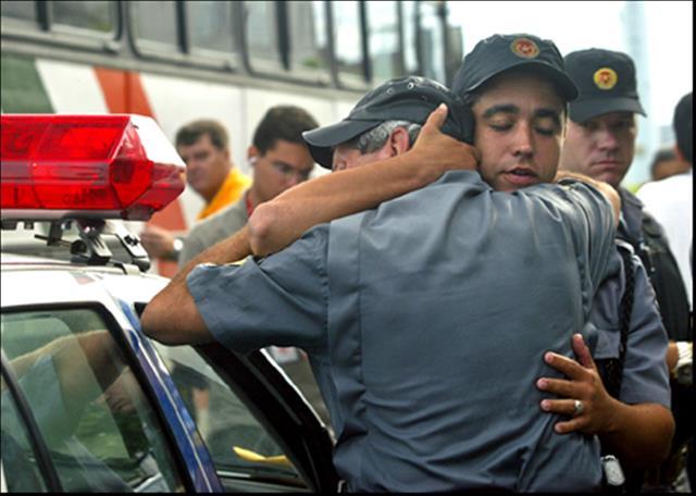 Policial militar reagiu a tiroteio, acertou criminoso, é preso e expulso da polícia! Será?