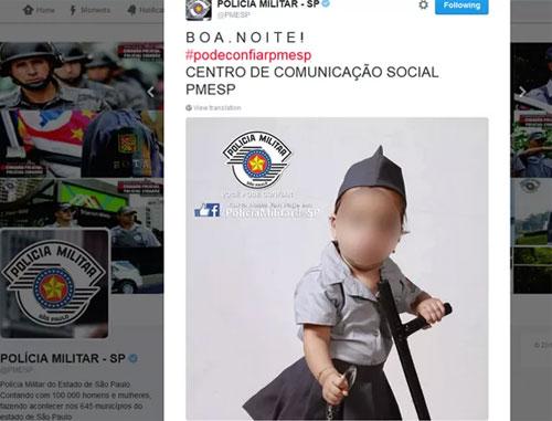 Foto de bebê segurando um cassetete foi criticada por internautas por ferir o artigo 232 do ECA! (Reprodução/Twitter)