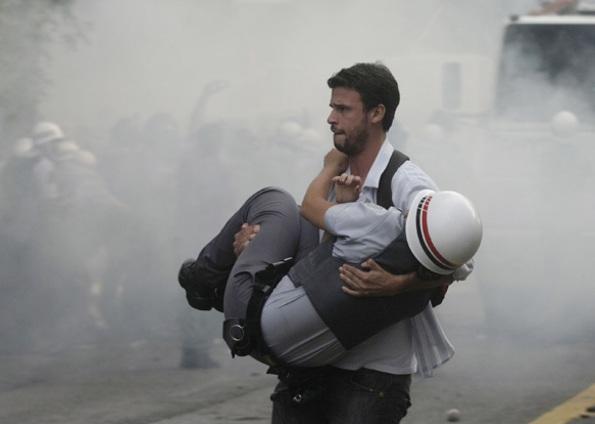 Policial ferido é carregado por policial à paisana!