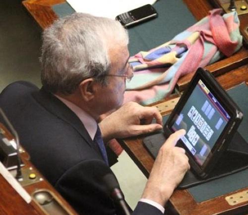 Deputados distraídos no Parlamento na  Itália
