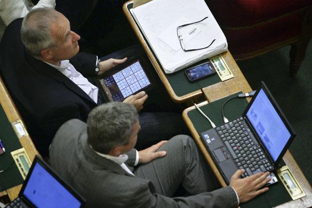 Deputados distraídos no Parlamento 2
