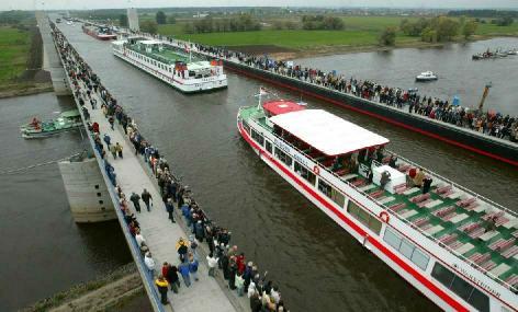 Na ponte passam navios no lugar de automóveis! Pode isso?