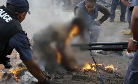 Homem teria sido queimado na Nigéria por estar lendo a bíblia. Verdade ou farsa? (foto: Reprodução/Facebook)