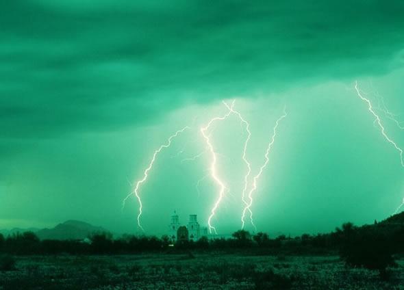 Um raio teria vindo dos céus a pedido da igreja! (foto: Reprodução/Facebook)