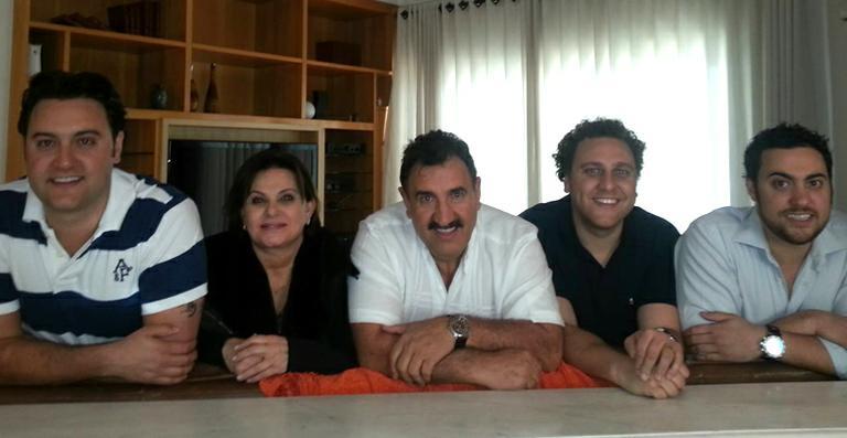 Ratinho com a esposa e seus 3 filhos! (foto: Divulgação/SBT)