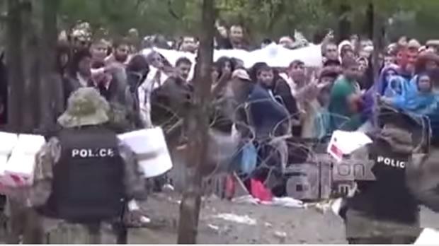 Refugiados estariam recusando comida da Cruz Vermelha por causa do logo da entidade! Será verdade? (foto: Reprodução/YouTube)