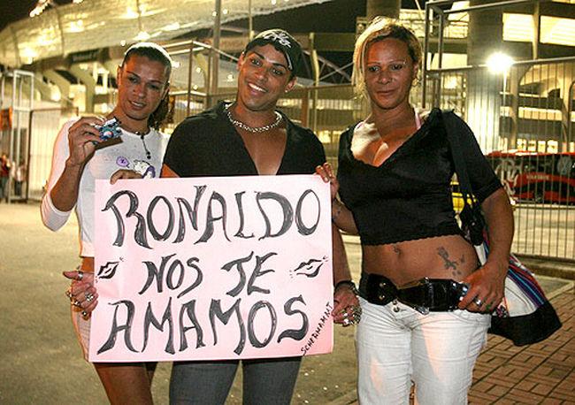 Grupo de travestis provoca o jogador Ronaldo antes de um jogo! (foto: Reprodução/Gilvan de Souza)